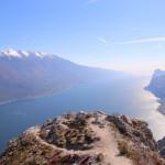 Aprile 2015 - La foto, scattata da Paolo Caurla il giorno 2 aprile da Cima Larici verso sud, mostra il rientro della foschia sull'alto lago di Garda. Ben visibile anche il versante occidentale del Monte Baldo ancora parzialmente innevato alle quote piu' alte.
