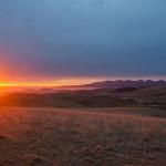 Dicembre 2015 - Nella bellissima foto di Luca Giavoni, il tramonto del 31 dicembre dalla Lessinia. Tra nubi alte in arrivo da ovest e foschie a bassa quota sulla pianura, gli ultimi raggi del 2015 esaltano il profilo del Baldo ancora senza neve.