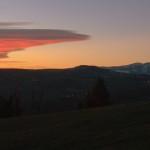 Febbraio 2015 - Nella foto di Cristian Colognato, scattata domenica 8 febbraio dalla Lessinia, si vede uno strato nuvoloso che si estende subito a sud del Monte Baldo. Si tratta di un'onda orografica formata da nubi da sottovento, chiamate anche nubi lenticolari o lee-clouds. Si formano quando intense correnti da Nord impattano sull'arco Alpino causando un'onda in atmosfera. Se vi sono particolari condizioni di umidità e stabilità atmosferica sottovento alla catena alpina, l'aria viene spinta verso l'alto in una zona stazionaria subito a sud delle montagne, dove la condensazione crea la nuvolosità che vediamo nella foto.