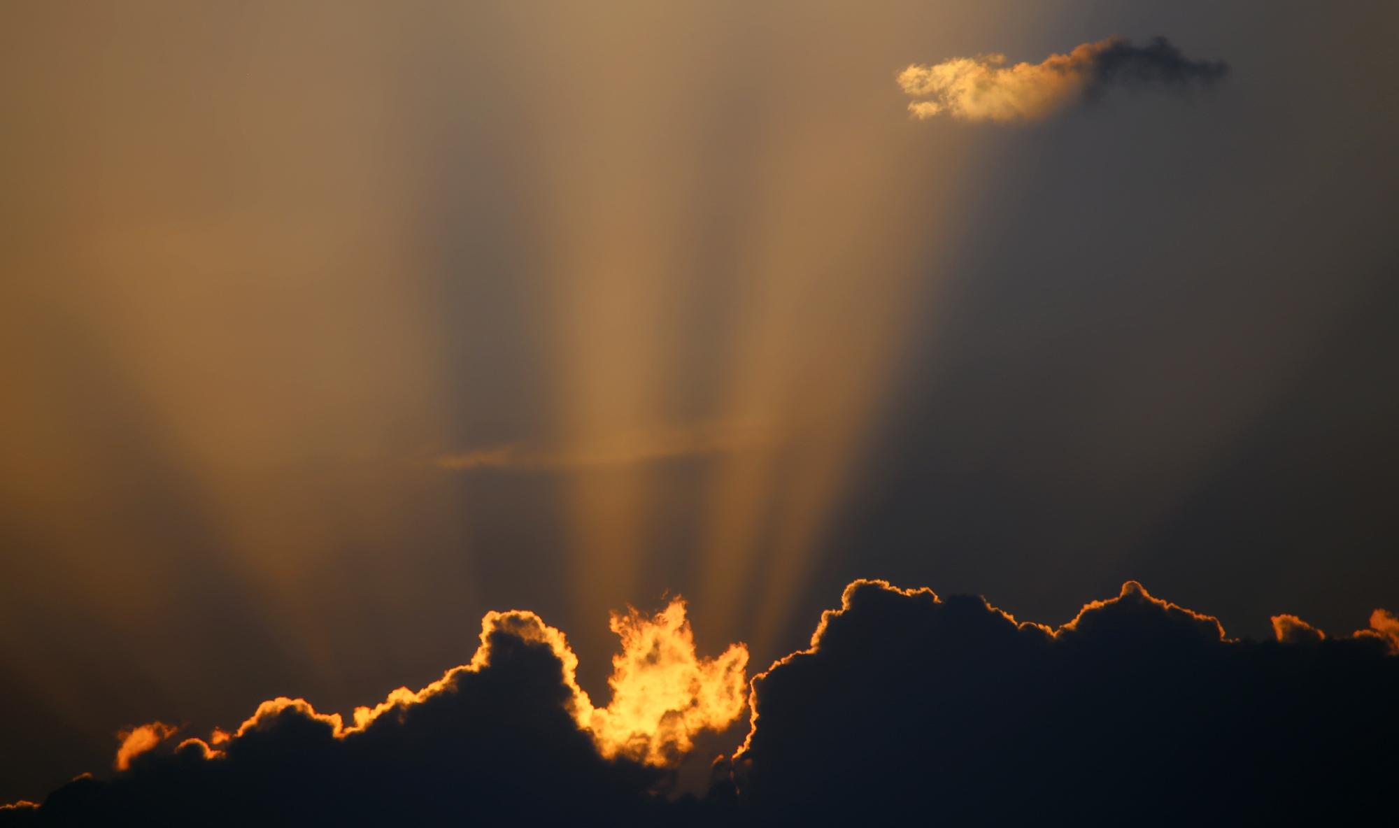 Luglio 2015 - Nel tardo pomeriggio del 29 luglio un fronte freddo ha lambito l'arco alpino attivando alcuni temporali sulla zona del Garda e su Verona. Nella bellissima foto di CarloAlberto Cavedini, i raggi del sole al tramonto illuminano il contorno dei cumuli, regalandoci uno spettacolo di luci ed ombre.