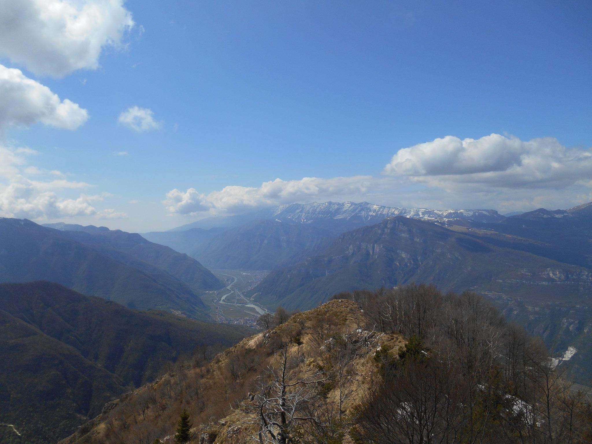 Aprile 2016 - Nella foto Pasini, foschia da Sud e qualche stratocumulo sul Baldo il giorno 10 Aprile, dopo il peggioramento che nei giorni precedenti ha interessato il Veneto.