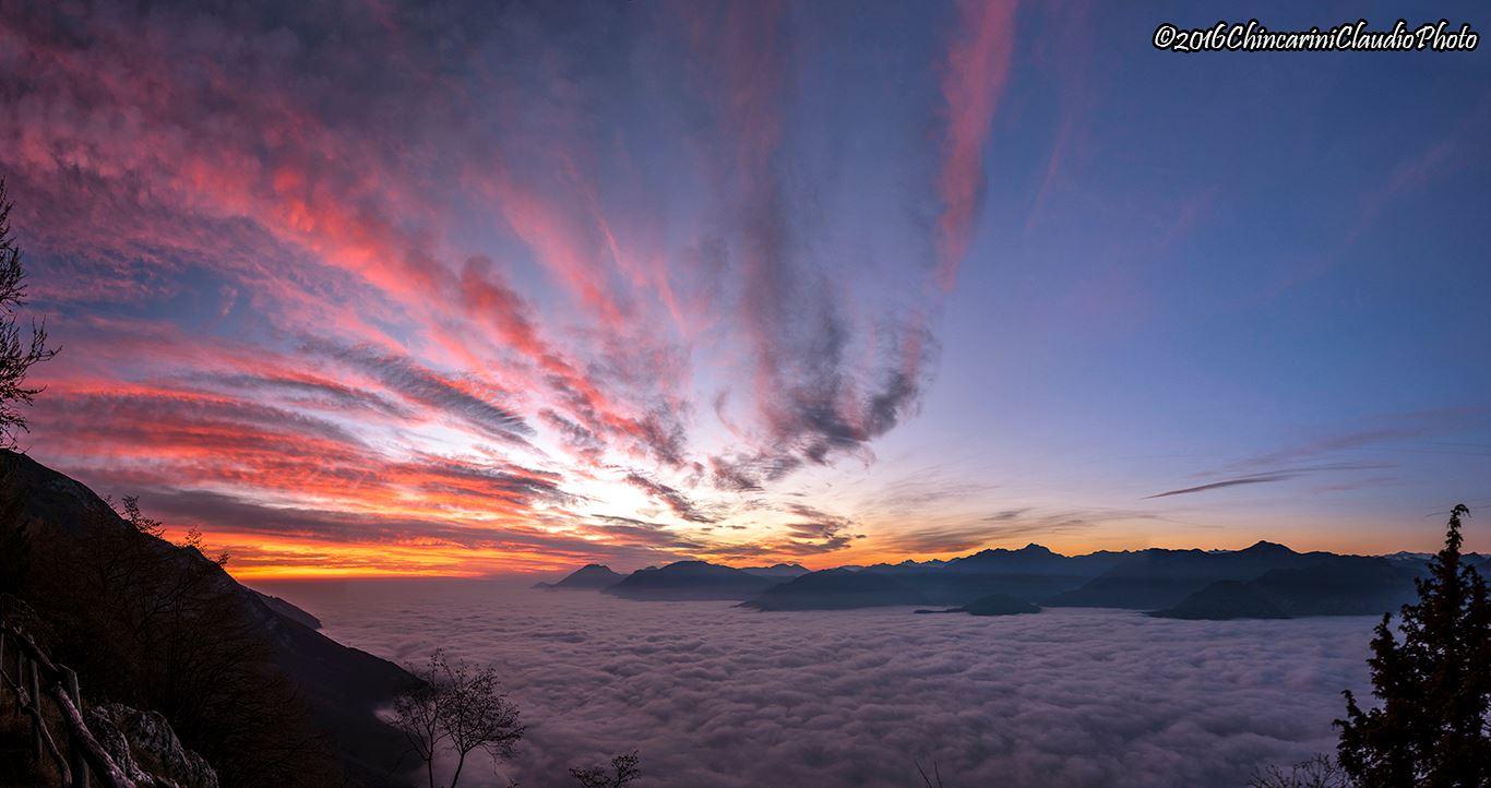 Dicembre 2016 - Non solo la nebbia sul Garda, ma anche cirri e altostrati si tingono di rosa sottovento alle Alpi al tramonto del giorno 11. Condizioni anticicloniche e venti in quota da nord-ovest hanno caratterizzato gran parte del mese di dicembre appena trascorso. Foto di Claudio Chincarini.