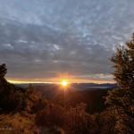 Giugno 2016 - Alba dal Monte Baldo, il sole filtra al di sotto di uno strato nuvoloso, resto della debole perturbazione appena passata. Foto di Diego Bortignon.