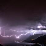 Luglio 2016 - Fulmine sul Lago di Garda, causato da un forte temporale sviluppatosi davanti al fronte freddo. I temporali prefrontali sono molto frequenti sulla zona del Garda – Baldo, trovando nella pianura Padana calda e umida le condizioni ideali per svilupparsi. Foto di Claudio Chincarini.