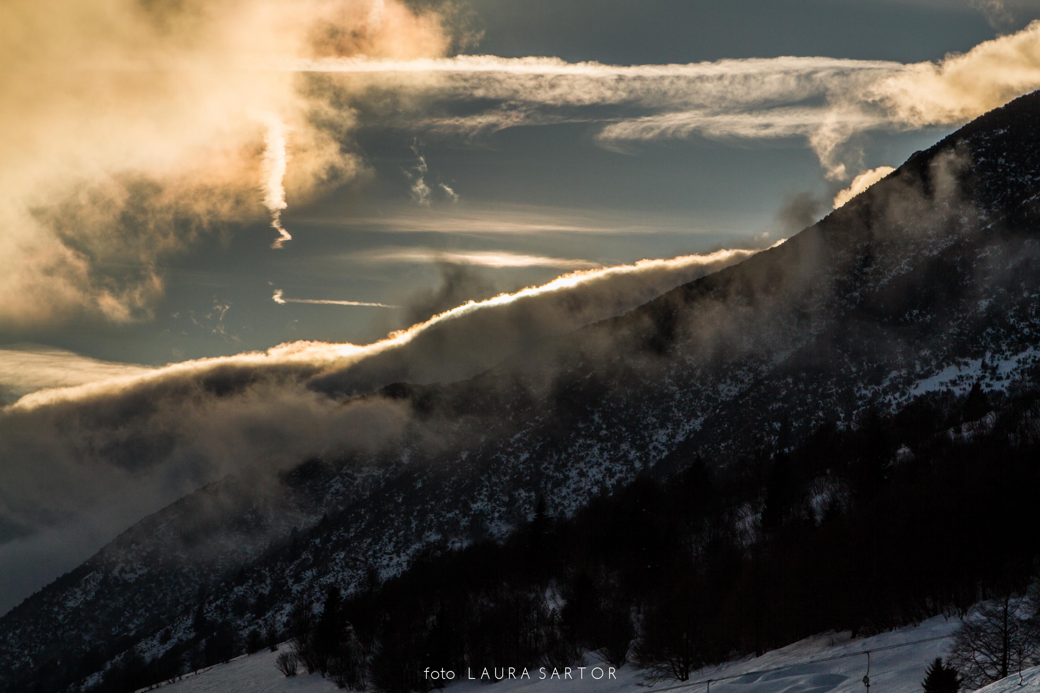 """Dicembre 2017 - La bellissima foto di Laura Sartor è stata scattata il 31 dicembre, quando le correnti in quota si sono orientate da sud-ovest e hanno cominiciato a trasportare aria più umida verso le Alpi., specialmente nella bassa atmosfera. A ridosso del Monte Baldo si è cosi formato uno strato nuvoloso, per alcuni noto come """"El Cavalon"""", mentre l'arrivo di aria via via più umida anche in quota produceva i primi cirri."""