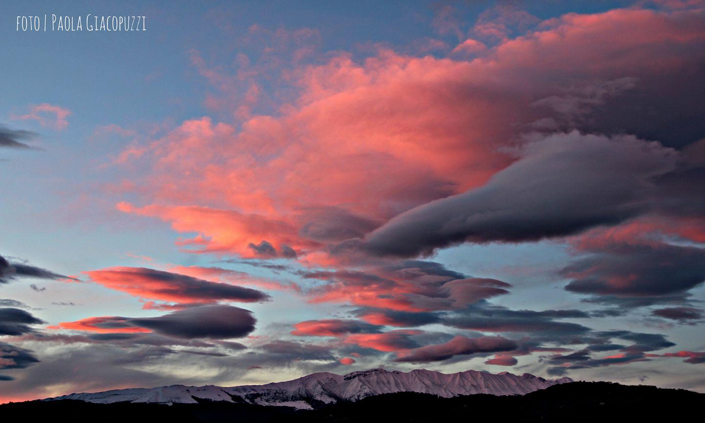 Febbraio 2017 - Nella foto di Paola Giacopuzzi, entriamo in un acquario. Numerose nubi a forma di pesce, infatti, invadono il cielo del tramonto e si tingono di rosa, con il Baldo che resta a guardare. Si tratta di nubi lenticolari, che si formano frequentemente quando il vento da nord scavalca le Alpi in condizioni di stabilità atmosferica.