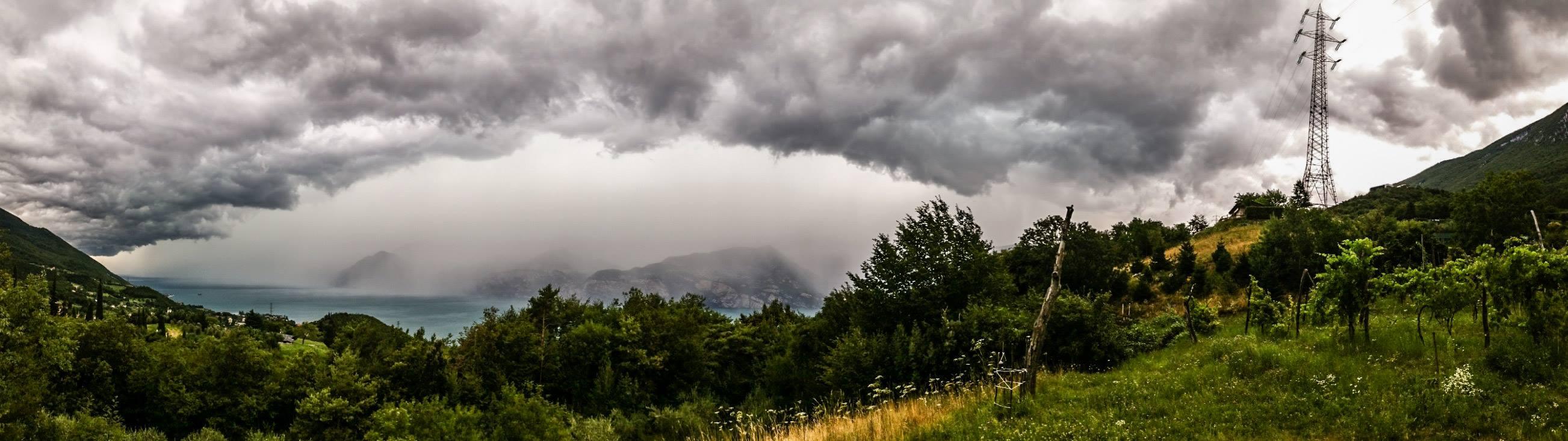 Luglio 2017 - Il giorno 24 un forte temporale in arrivo da ovest è stato immortalato dall'obiettivo di Claudio Chincarini. I contrasti di colori tra cielo, lago e monti la fanno da padrone...