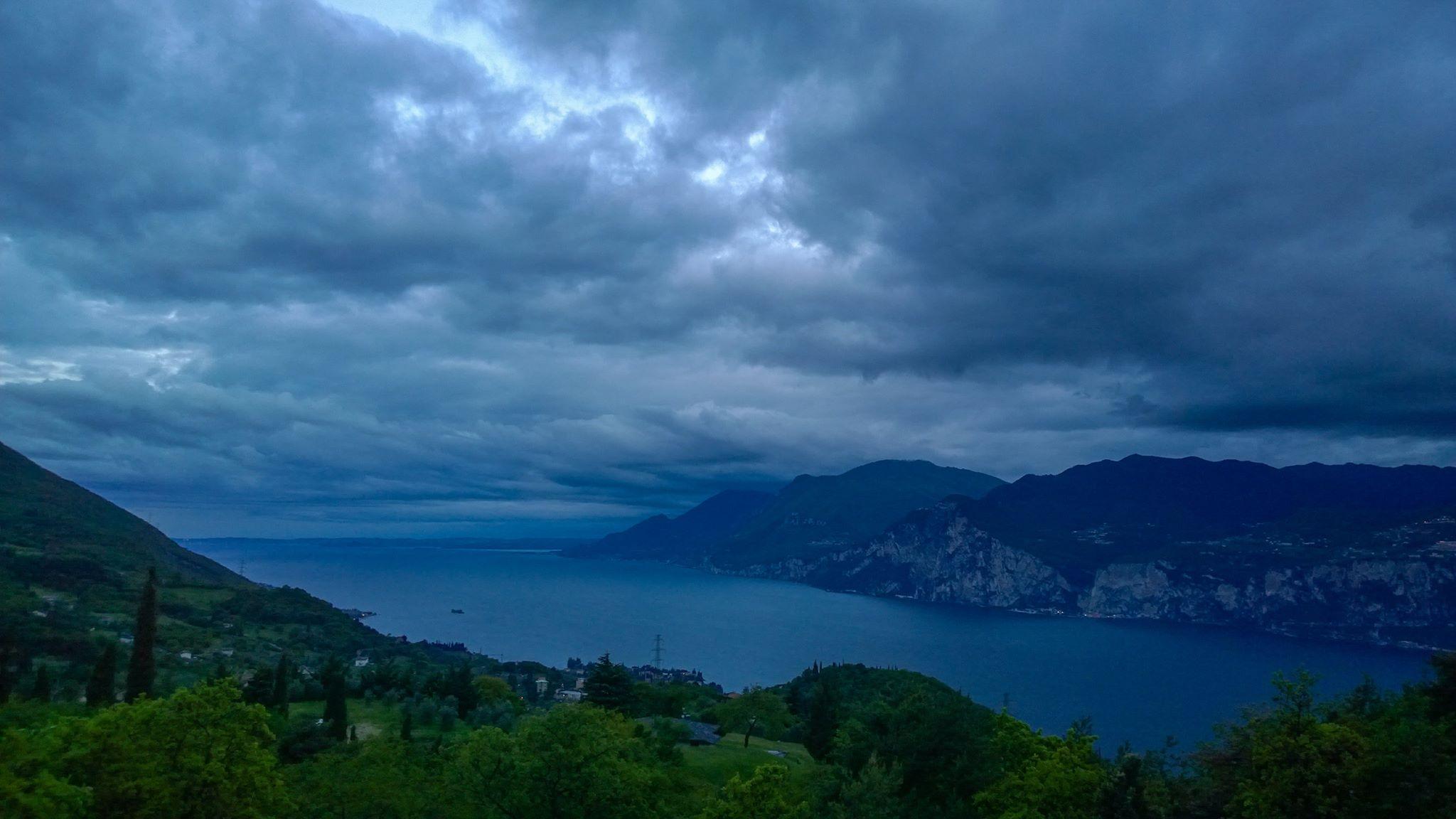 Maggio 2017 - La foto di Claudio Chincarini, scattata il giorno 3 dopo il passaggio di un fronte occluso sulla zona alpina, mostra che le bellezze naturali della zona Garda - Baldo sono affascinanti anche col maltempo!