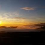 Novembre 2017 - Il tramonto del giorno 11, immortalato da Elisa De Nale dal Parparo Alto, ci regala una vista mozzafiato caratterizzata da uno strato di alti cirri, sospinti da intense correnti nord-occidentali in quota, e uno strato di nubi basse, reminiscenza della perturbazione del giorno precedente. Il profilo del Baldo fa da cornice a questo quadretto di stupendi colori.