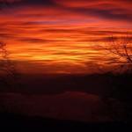 Ottobre 2017 - Adelia Pezzini ha immortalato il tramonto più famoso degli ultimi tempi, quello di domenica 29 ottobre, dal Monte Baldo. Una forte corrente nord-occidentale ha scavalcato le Alpi e, grazie al giusto mix di umidità e stabilità atmosferica, ha generato onde orografiche che hanno portato alla formazione di stupende nubi lenticolari. Illuminate da sotto dai raggi solari al tramonto, tali nubi hanno regalato uno spettacolo per tutti nei cieli del Nord Italia.