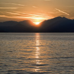 Settembre 2017 - Diego Bortignon ci regala questo scatto al tramonto dal Lago di Garda, in cui il riflesso della luce del sole tra l'acqua del lago, i cirri e cirrostrati e i contrails la fanno da padrone.